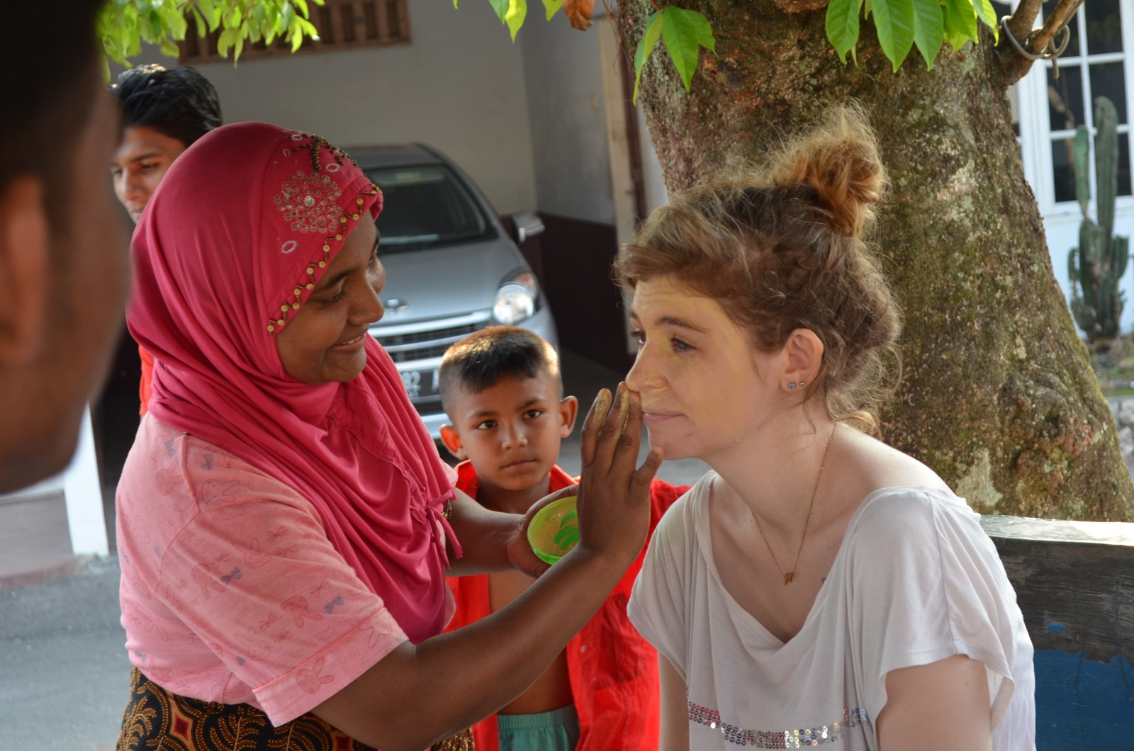 Aisyah Llewellyn With Rohingya Refugees In Medan - New Naratif