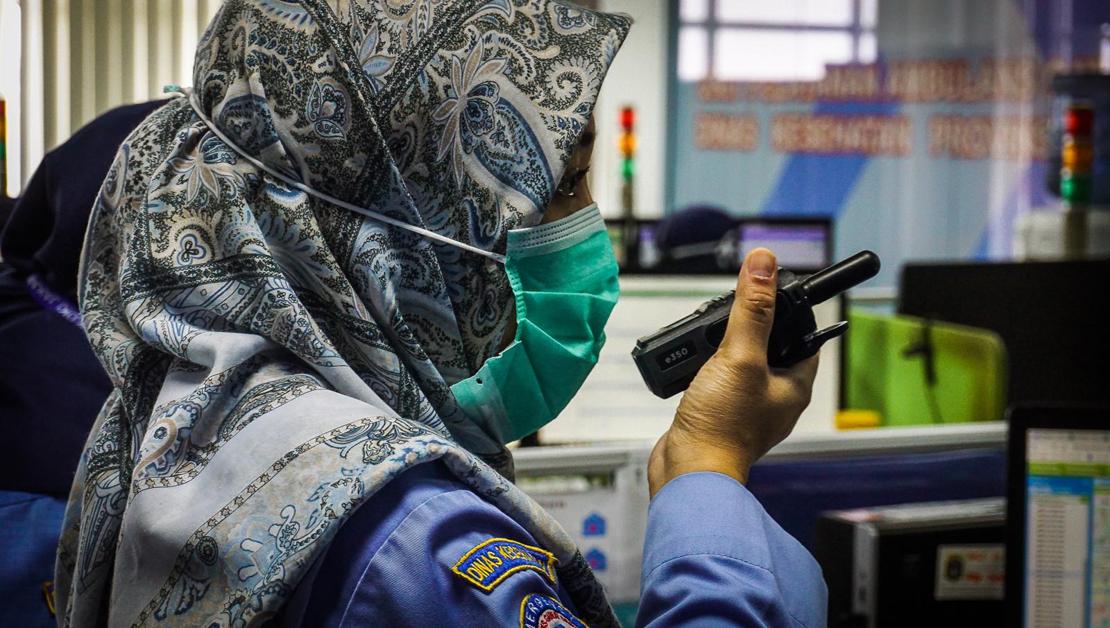 Ketika panggilan masuk ke pusat komando, operator akan menghubungi ambulans terdekat dan menjelaskan kondisi pasien.