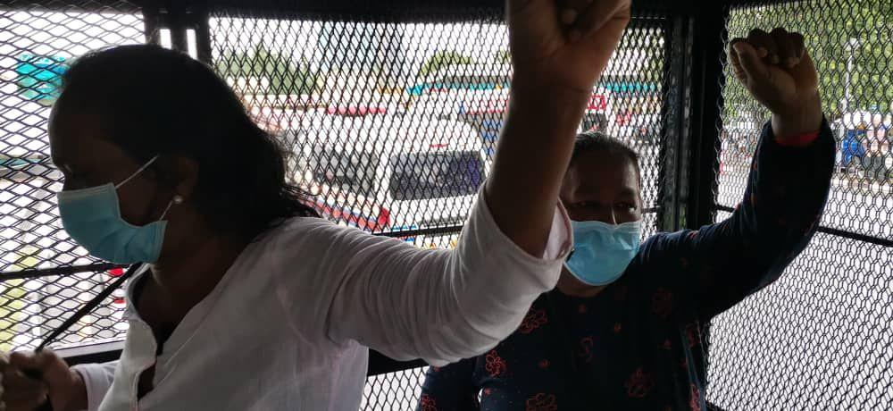 Saras dan Jody di dalam sebuah van polis, selepas ditahan, 2hb Jun 2020 di Ipoh.